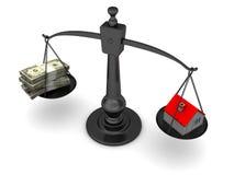 Skala mit Haus und Geld Lizenzfreie Stockfotos