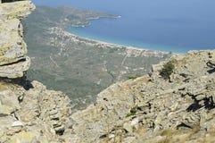 Skala Potamia zoals die van Onderstel Ipsarion, de hoogste piek op Thassos wordt gezien (1204 m) Stock Foto's