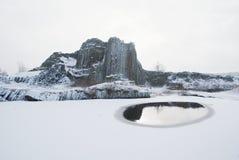 Skala van de vormingspanska van het de winterbasalt, dichte Kamenicky Senov in Tsjechische Republiek stock foto's