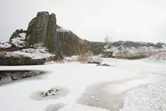 Skala van de vormingspanska van het de winterbasalt, dichte Kamenicky Senov in Tsjechische Republiek stock foto