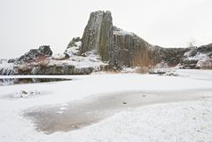 Skala van de vormingspanska van het de winterbasalt, dichte Kamenicky Senov in Tsjechische Republiek royalty-vrije stock fotografie