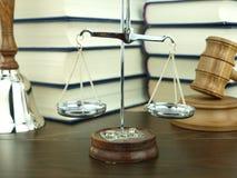 Skala von Gerechtigkeit, von Handglocke und von Hammer des Richters Stockfoto