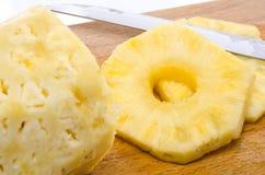Skalad ananas med skivor Arkivbild