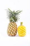 Skalad ananas och mogen ananas på för ananasfrukt för vit bakgrund isolerad sund mat Arkivfoton