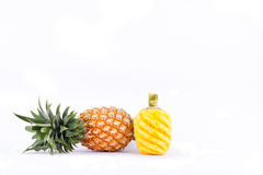 Skalad ananas och ny mogen ananas har söt smak på för ananasfrukt för vit bakgrund isolerad sund mat Royaltyfri Foto