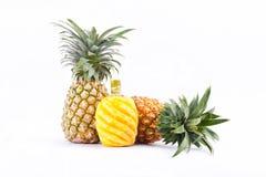 Skalad ananas och ny mogen ananas på för ananasfrukt för vit bakgrund isolerad sund mat Royaltyfria Foton