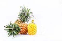 Skalad ananas och ny mogen ananas på för ananasfrukt för vit bakgrund isolerad sund mat Royaltyfria Bilder