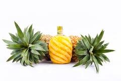 Skalad ananas och ny mogen ananas på för ananasfrukt för vit bakgrund isolerad sund mat Royaltyfri Foto