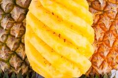 Skalad ananas på för ananasfrukt för vit bakgrund sund mat Arkivfoton