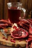 Skalad granatäpple, exponeringsglas av granatäpplefruktsaft och jewerly på wo Fotografering för Bildbyråer
