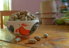 Skalad jordnöt på väl jordnötter royaltyfri foto