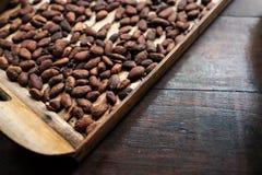 Skalad kakaoböna på träyttersida Arkivbilder