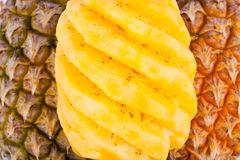 Skalad mogen ananas på för ananasfrukt för vit bakgrund isolerad sund mat Arkivbild