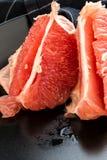 Skalad röd grapefrukt Arkivfoto