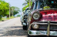 Skalade klassiska gamla bilar Arkivfoto