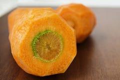 Skalade morötter på en skärbräda fotografering för bildbyråer