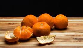 Skalade och unpeeled tangerines Royaltyfri Bild
