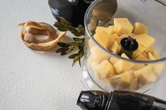 Skalade potatisar och tärnat matlagning fotografering för bildbyråer