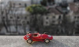 Skalamodell av den historiska bilen Arkivbild