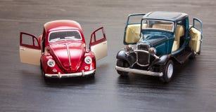 Skalaspielzeugmodell Ford Coupe und VW-Käfer stockbilder