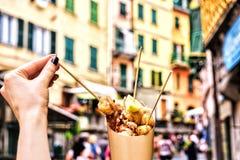 Skaldjur i Cinque terre Italien hållande nya läckra stekte fiskspecialiteter på gatabakgrund Royaltyfria Foton