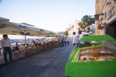Skaldjur- och fiskkyl på picturequesikten av den Kyrenia hamnen i Cypern royaltyfri bild
