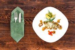Skaldjur på en platta med anordningar på en trätabell, en maträtt för menyn och annonsering arkivbilder