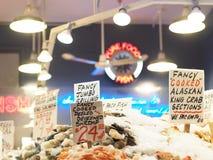 Skaldjur shoppar i marknaden för pikstället royaltyfria bilder