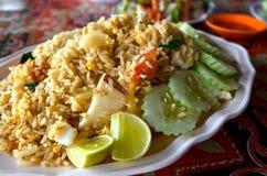 Skaldjur stekte ris med gurkan och citronen Arkivbild