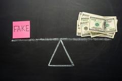 Skale z prawdą i imitacją Pojęcie na blackboard Miejsce prawda jest my dolary Pojęcie korupcja i nie ve, zdjęcie stock