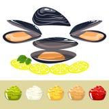 Skalen av musslor med citronen och sås Fotografering för Bildbyråer
