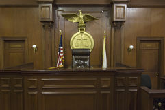 Skalen hinter dem Stuhl des Richters Stockfotografie
