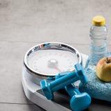 Skalen nach Übung, Aerobic und Gewichtskontrolle abnehmend, kopieren Raum Stockfoto