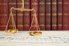 Skalen von Gerechtigkeit auf Gesetzbüchern in der Bibliothek der Sozietät legales Ausbildungskonzept stockfotos