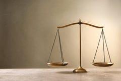 Skalen von Gerechtigkeit auf tabl lizenzfreie stockfotografie
