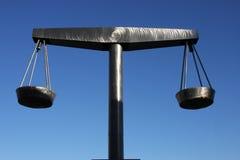 Skalen von Gerechtigkeit im vollkommenen Stahlschwerpunkt Lizenzfreie Stockfotos