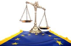 Skalen von Gerechtigkeit und Flagge der Europäischer Gemeinschaft   Stockbilder