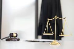 Skalen von Gerechtigkeit und Hammer Richter hämmern auf braune hölzerne Schreibtisch wi Stockfoto