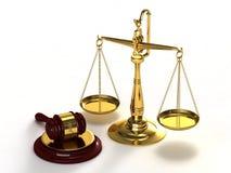 Skalen von Gerechtigkeit und von Hammer. Stockbild