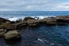 Skaliści brzeg Coogee plaża, Sydney Australia Obrazy Royalty Free