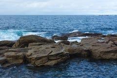 Skaliści brzeg Coogee plaża, Sydney Australia Obrazy Stock