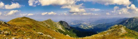 Skaliści Halni szczyty pod niebieskim niebem z Białymi chmurami panoramicznymi obraz stock