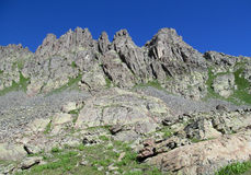 Skaliści szczyty i kamienie z śniegiem w Kaukaskich górach w Gruzja zdjęcia royalty free