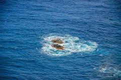 Skaliści kamienie w wodzie, Tenerife, wyspy kanaryjska Obraz Royalty Free