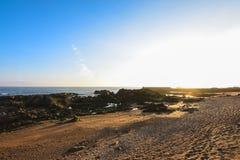 Skalista i piaskowata plaża przy zmierzchem, z niebieskim niebem w Porto, Portugalia obrazy royalty free