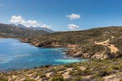 Skalista linia brzegowa i nabrzeżny ślad przy Revellata w Corsica zdjęcia royalty free
