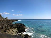 Skalista linia brzegowa na Waianae linii brzegowej Fotografia Stock