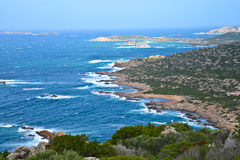 Skalista linia brzegowa w Sardinia, Włochy fotografia stock