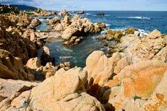 Skalista linia brzegowa w Sardinia, Włochy zdjęcia stock