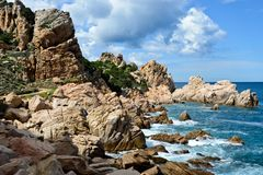 Skalista linia brzegowa w Sardinia, Włochy obrazy royalty free